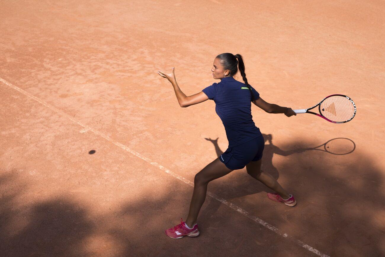 Tecnifibre Trebound Tempo2 teniszütő egy női játékos kezében