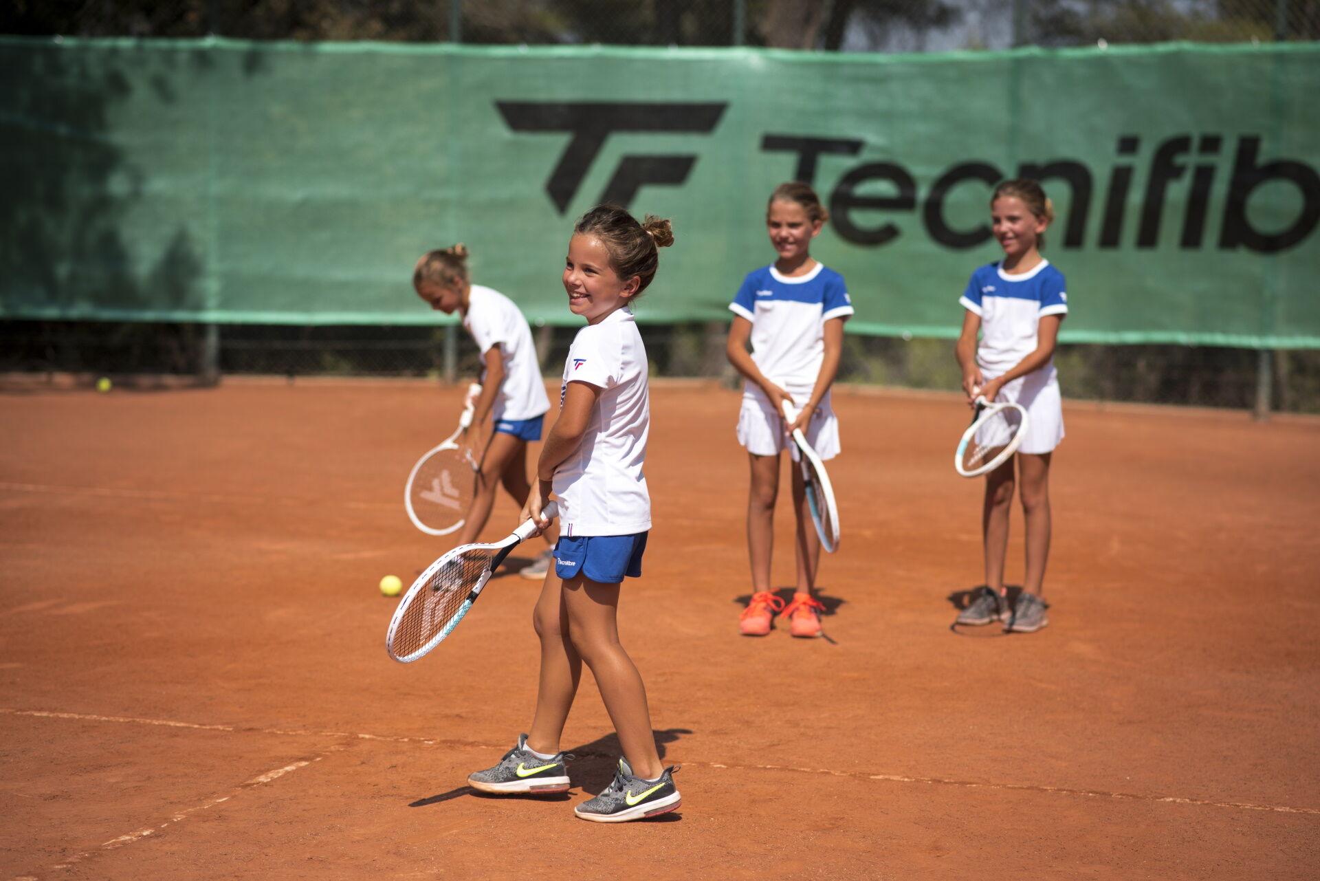 Gyerekek oktatása a teniszpályán