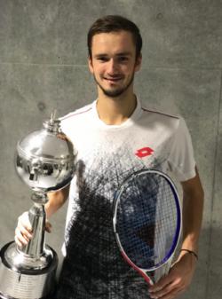 Daniil Medvedev trófeával és Tecnifibre 305 XTC teniszütővel